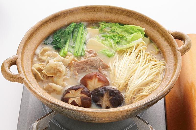 豚肉やシイタケ、えのきたけ、白菜、小松菜などが入った豆乳きのこ鍋