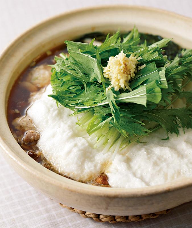たくさんのとろろに水菜と生姜がのっている、とろろしょうが鍋