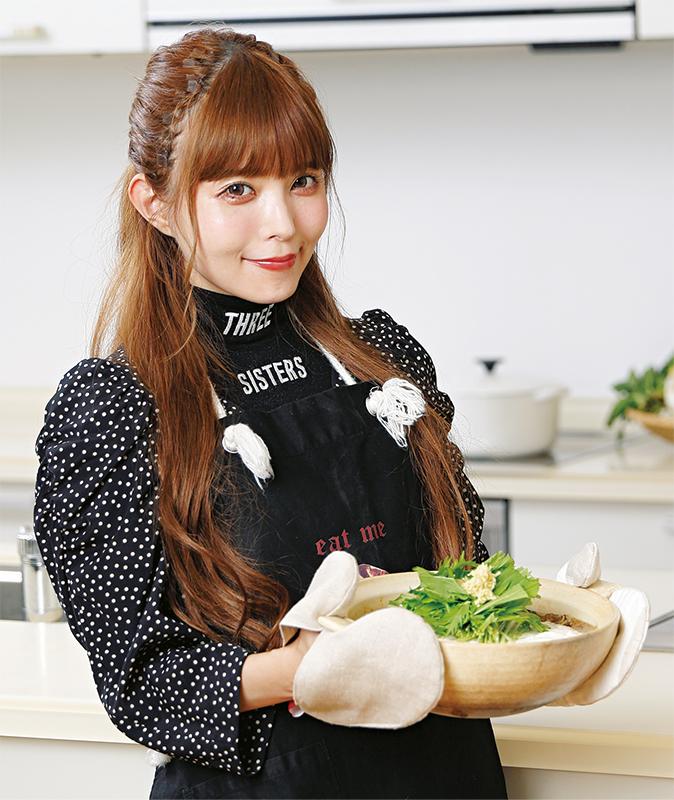 完成した鍋を手に持って笑顔の益若つばさ