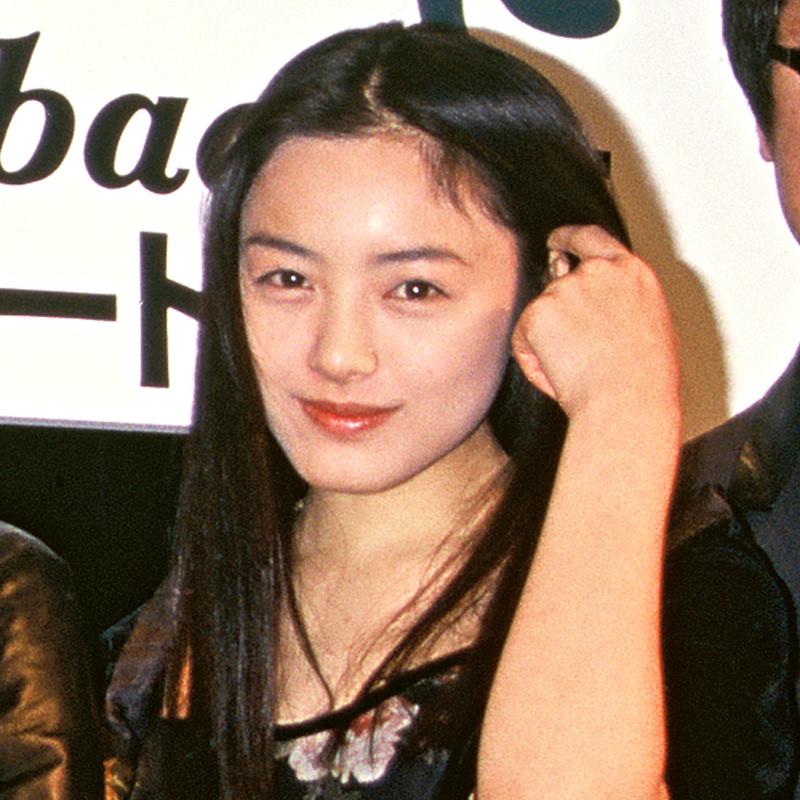 髪を手でかき上げる仲間由紀恵