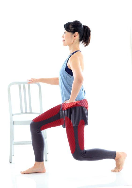 イスに手を置き、まっすぐに保ったまま両ひざを直角に曲げる