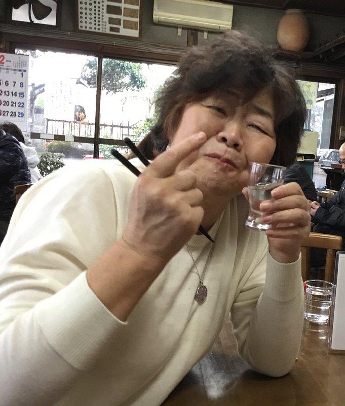 日本酒を飲みながら笑顔のオバ記者