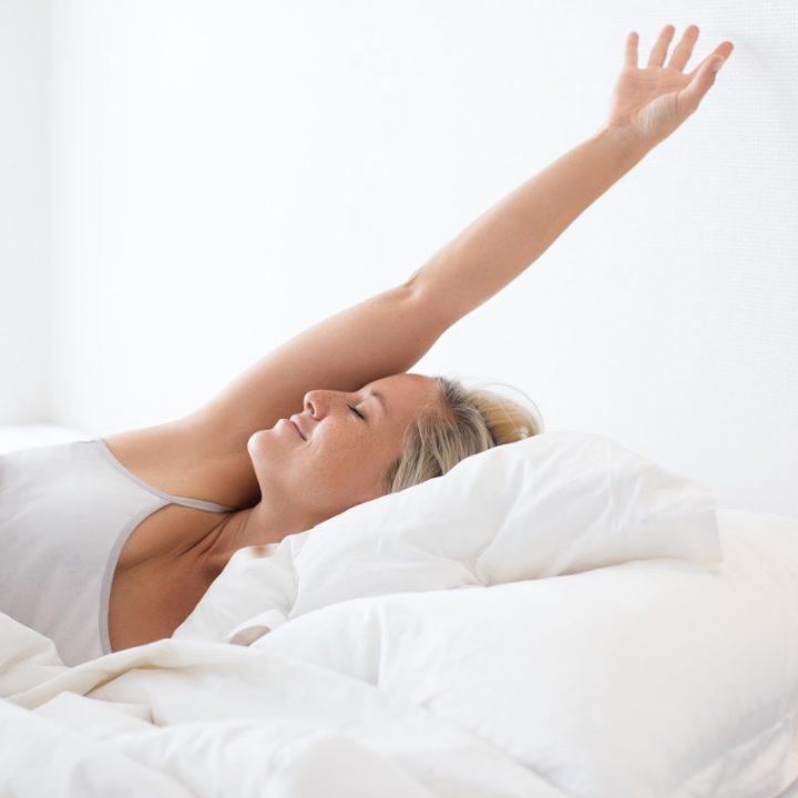 ベッドで目覚める女性
