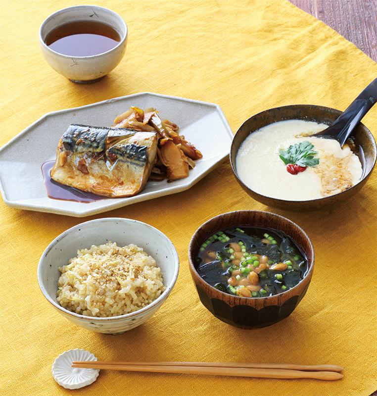 『2分でできるふるふる豆腐』『養生味噌汁』『玄米のしょうがごまごはん』『さばの黒酢煮』『発酵茶』が食卓に並んでいる