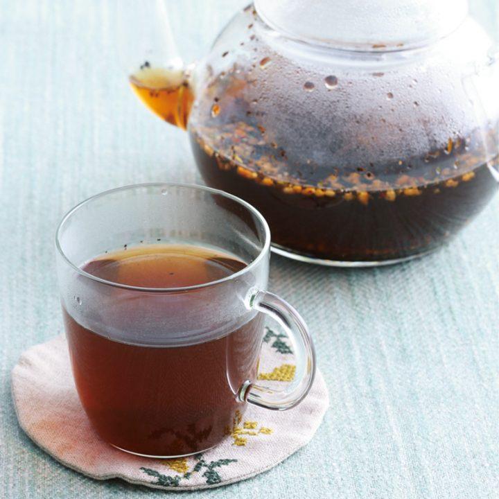 ガラス製のポットとカップに入ったハブ茶