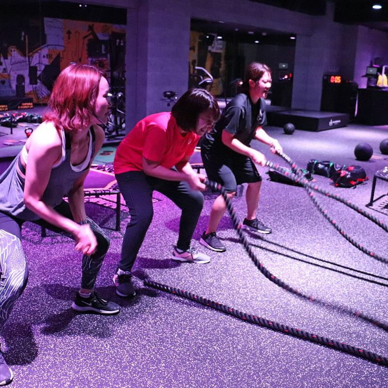 1本のロープを片手でつかんでトレーニングをするライターF