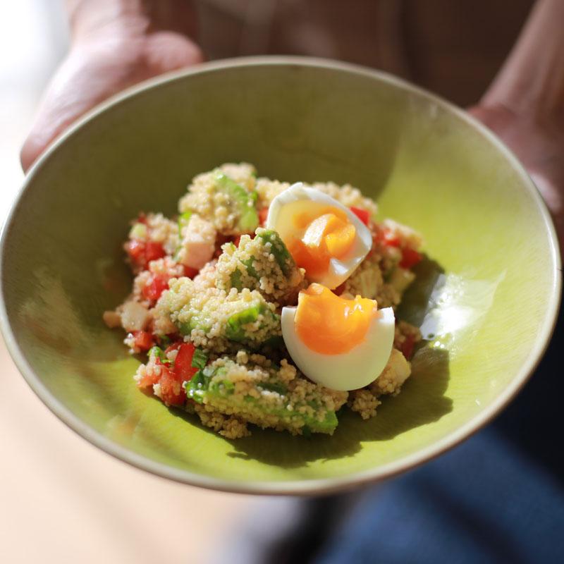お皿に盛り付けられた「クスクスの美肌サラダ」