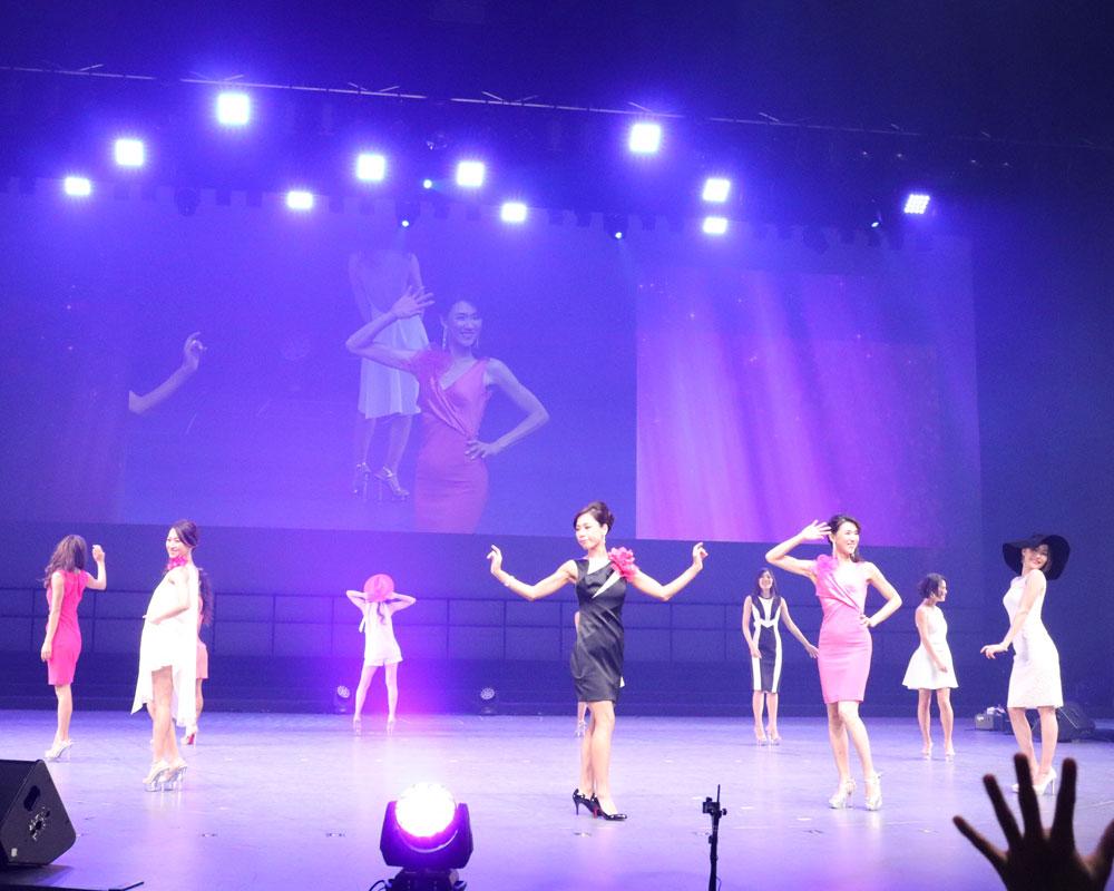 出場者たちがステージでポーズをとっている