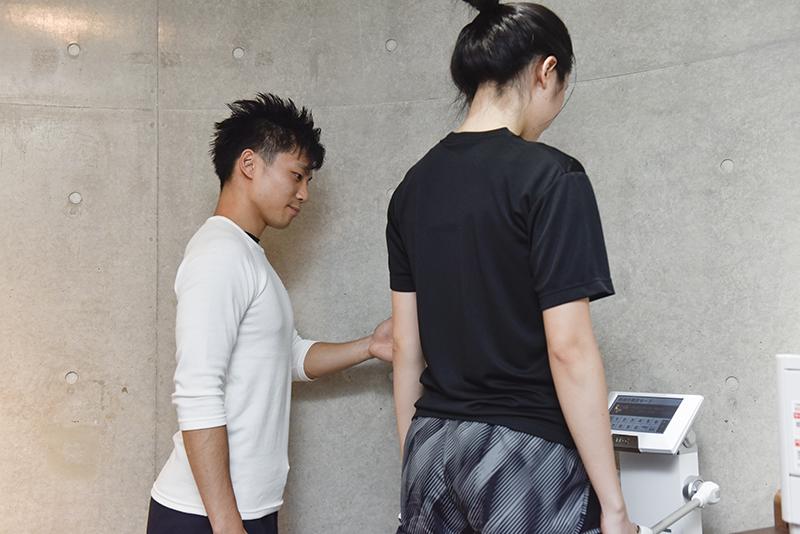 「Dr.トレーニング」中目黒店店長の東田雄輔さんと体組成を測るお客