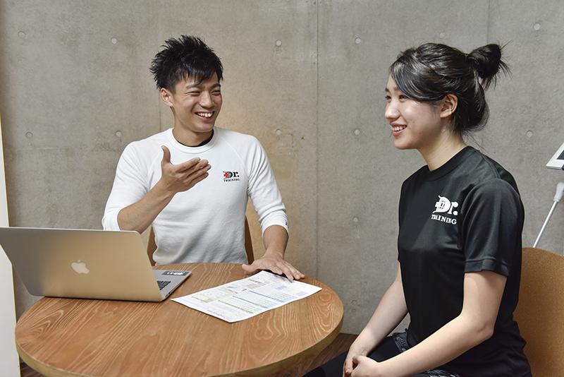 カウンセリングを行う「Dr.トレーニング」中目黒店店長の東田雄輔さんとお客