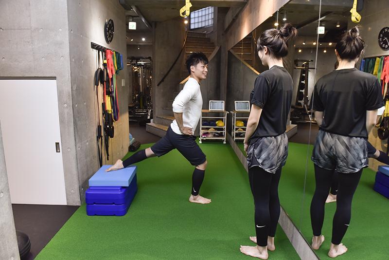 「Dr.トレーニング」中目黒店店長の東田雄輔さんとお客のトレーニング風景