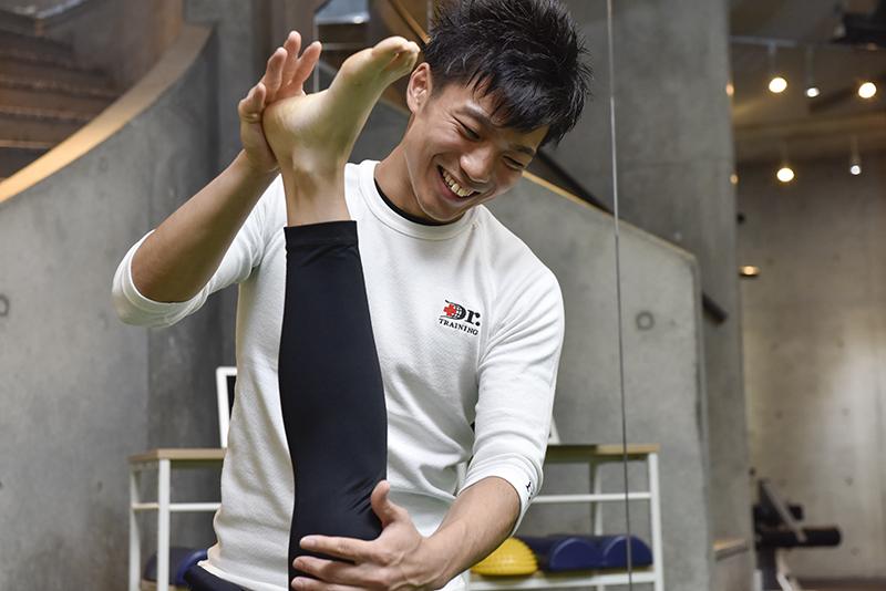 「Dr.トレーニング」中目黒店店長の東田雄輔さんと客のトレーニング風景