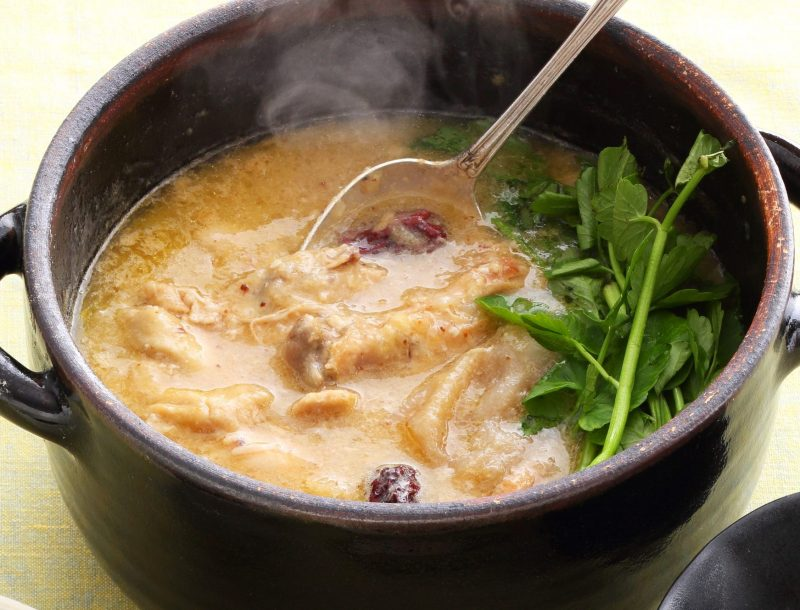 琥珀色のとろりとしたスープの美肌クリーム参鶏湯