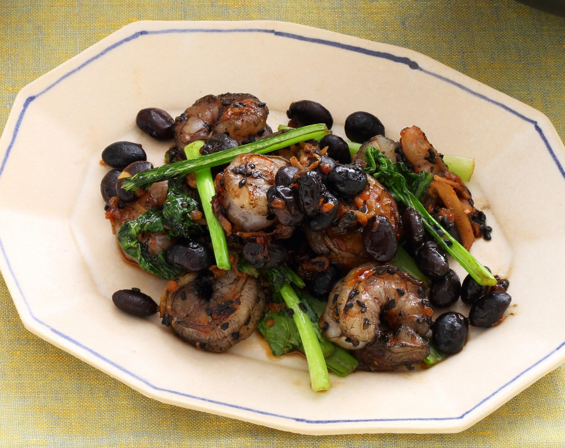 黒く色づいた黒豆とオイスターソース炒めに、小松菜の緑が映える