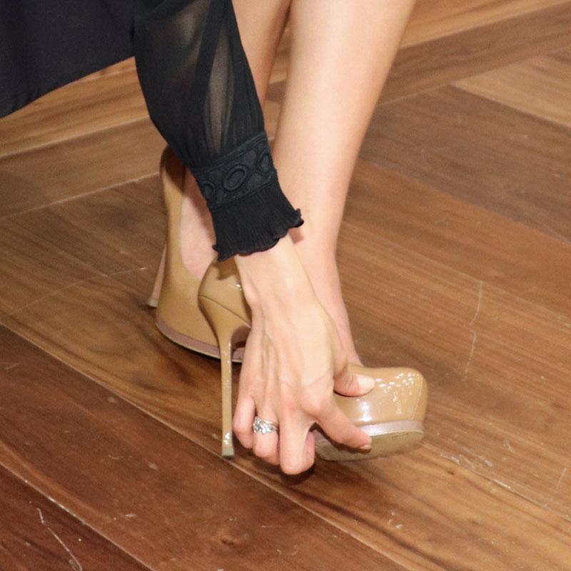 美馬寛子さんのヒールを履いた足を手で触る