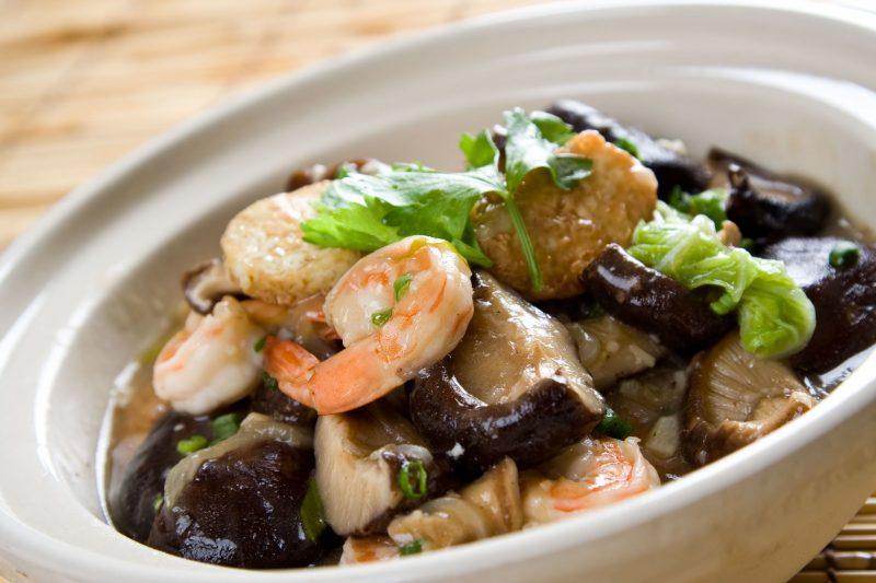 エビやしいたけ、白菜などが入った海鮮鍋
