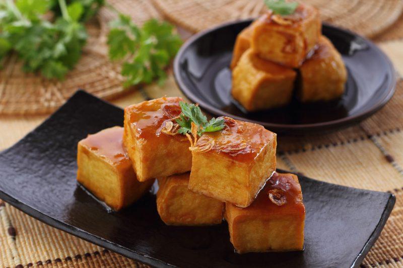 器に盛りつけられた豆腐ステーキ
