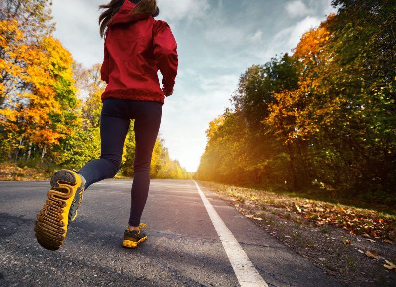 道路を走る女性の写真