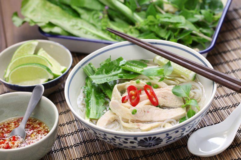 丼にベトナム風の麺とスープ、鶏肉とパクチーが入っている。