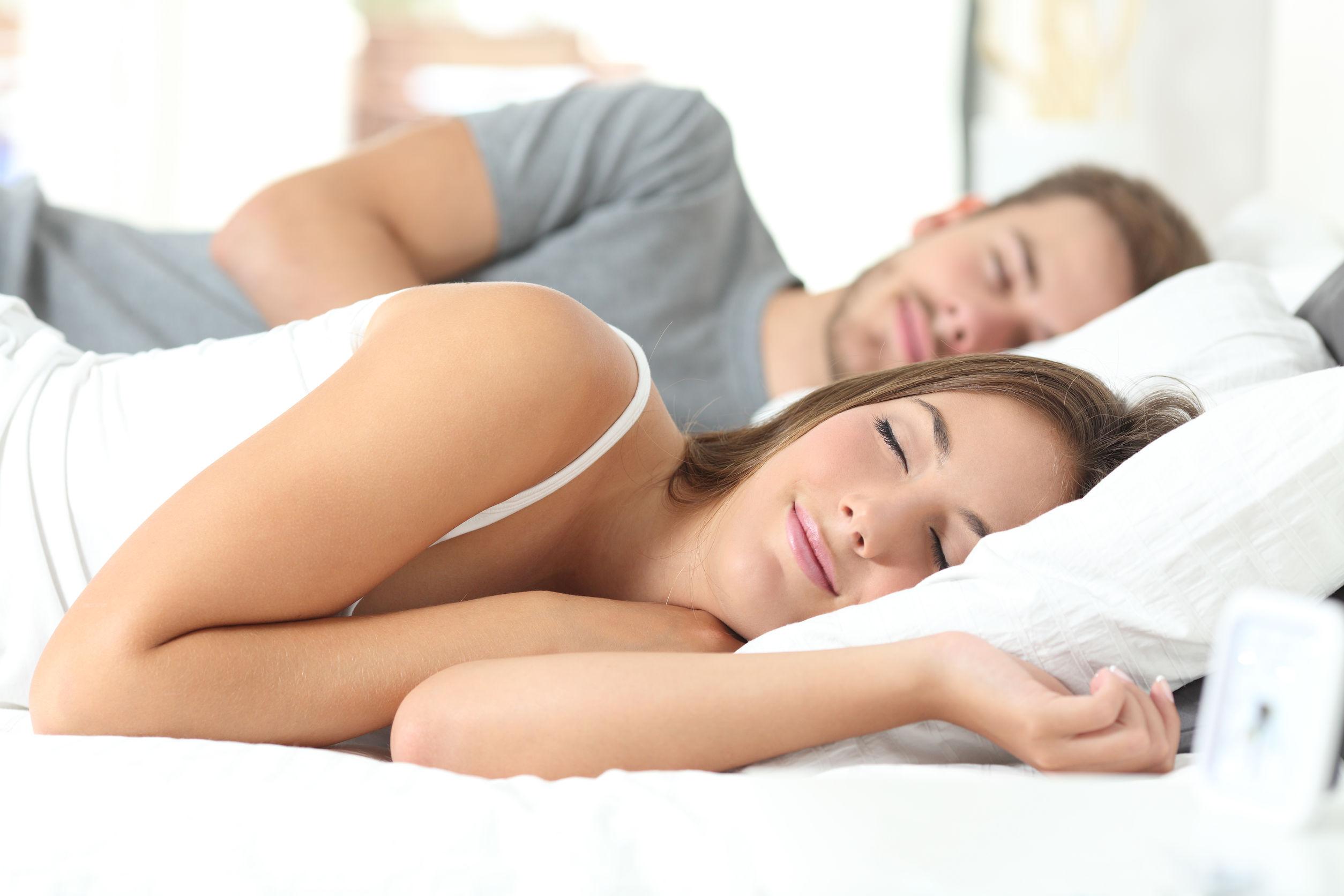 夫婦が寝室で気持ちよく寝ている