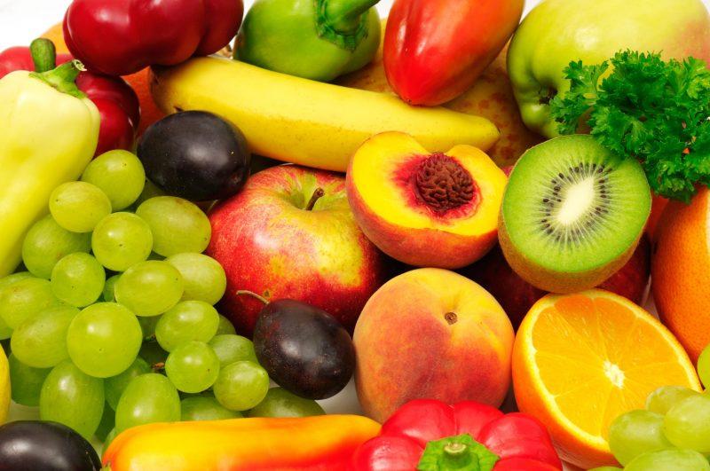ぶどうやりんご、キウイなど果物がたくさん集まっている
