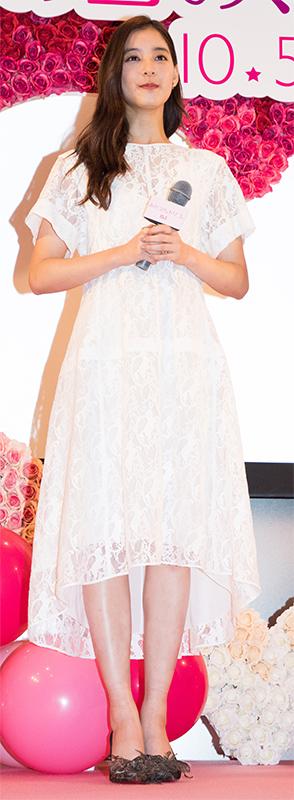 白いロングワンピースの新木優子