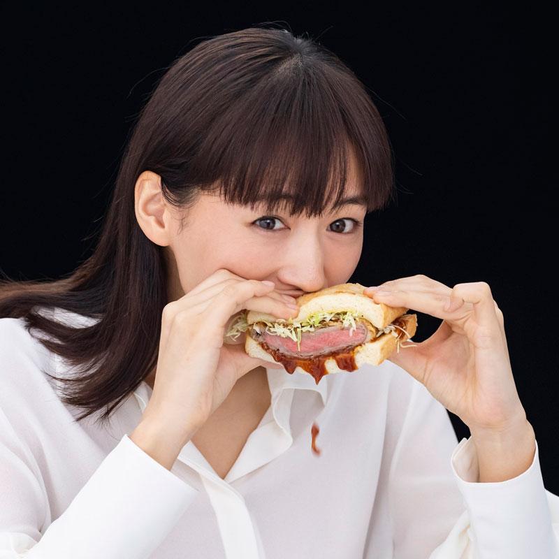 新テレビCM『コカ・コーラ プラス 新つぶやき』で牛カツサンドにかぶりつく綾瀬はるか