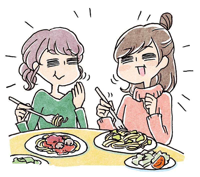 楽しく笑顔で会話しながら食事をする女性2人