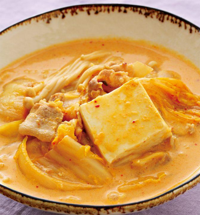 キムチ豆乳スープが器に盛りつけられている