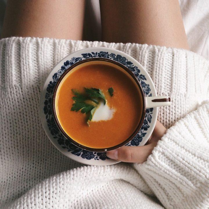 脚の上に置いたスープ