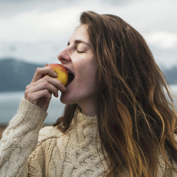 りんごをかじる外国人女性