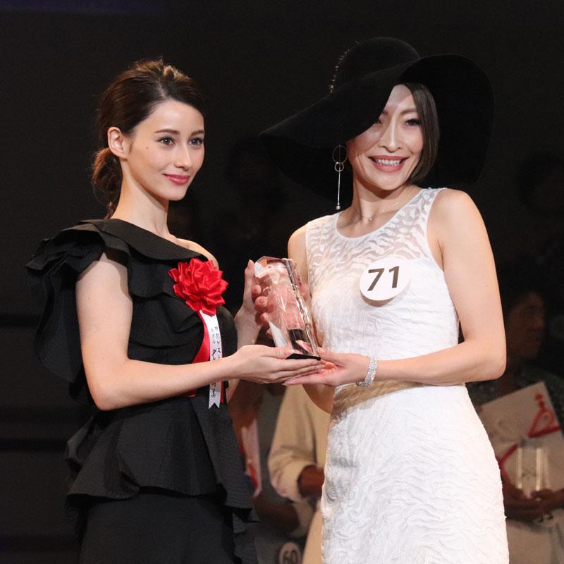 第4回ボディメイクグランプリ2018ファイナル」ダレノガレ明美と受賞者の女性
