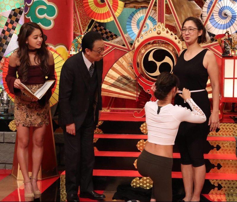 『梅沢富美男のズバッと聞きます!』で番組でウエストを採寸する虻川美穂子