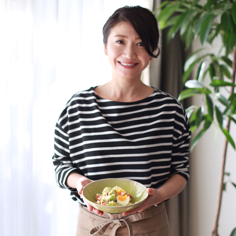 市橋有里が自らレシピ考案した「クスクスの美肌サラダ」を両手に持つ