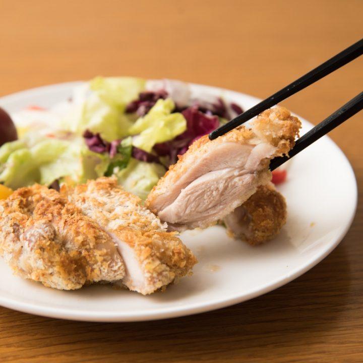 熱風フライヤー調理したチキンカツを箸で挟む