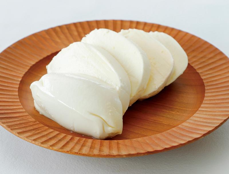 モッツアレラチーズが木製の器に盛りつけられている