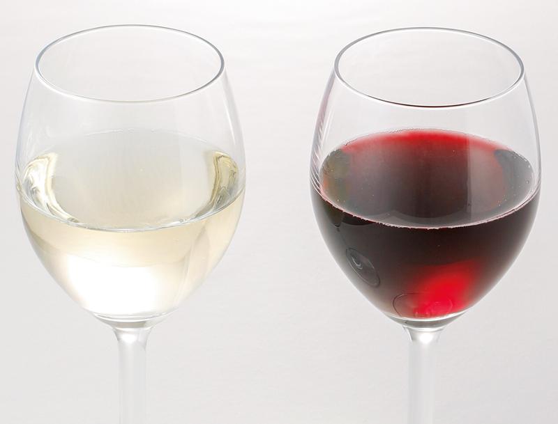 赤ワインと白ワインがグラスに入っている