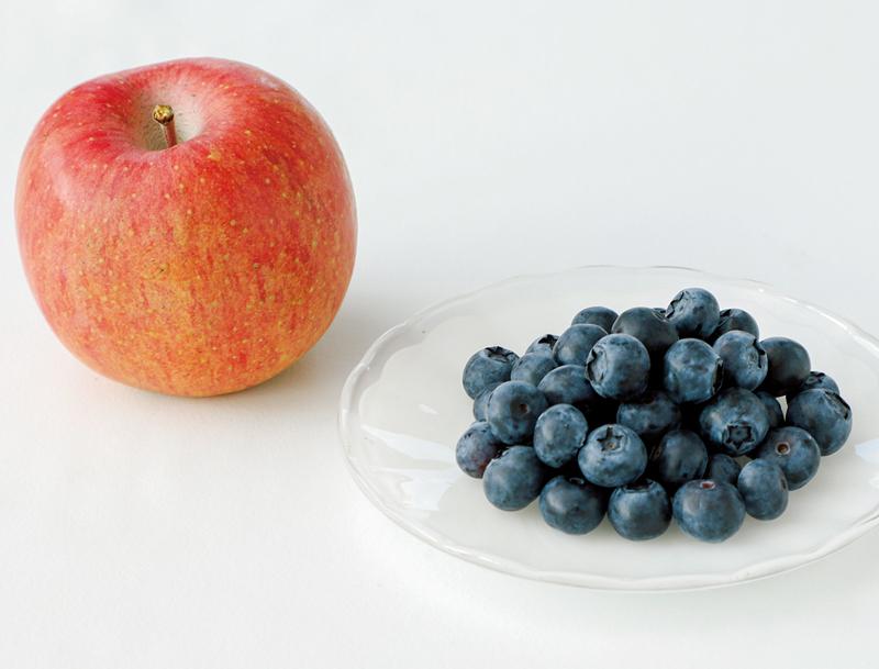 りんごとブルーベリーの実がテーブルにのっている