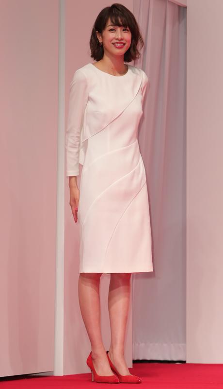 斜めに切り替えが入った白い長そでひざ丈ドレス姿の加藤綾子
