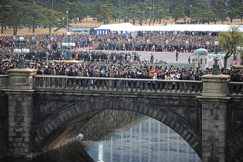 一般参賀へと向かう橋を渡ろうとする大勢の人々