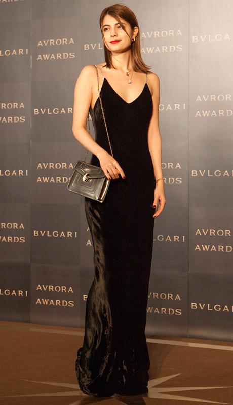 黒のスリップドレス姿のマギー