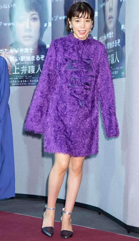 紫色のふわふわとした起毛素材のミニワンピースを着た仲里依紗