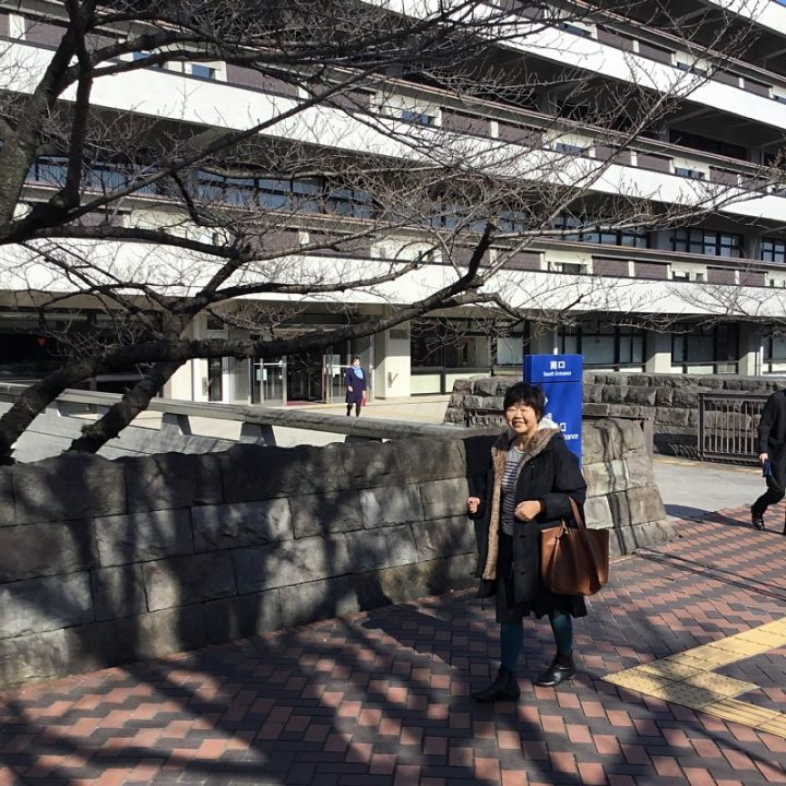 国会図書館の前を歩くオバ記者
