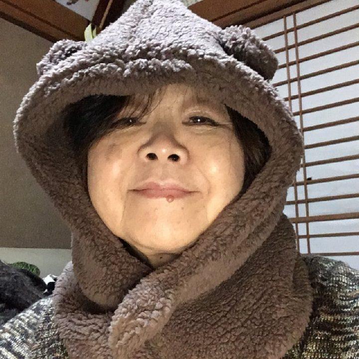 防寒の寝具を頭にかぶるオバ記者