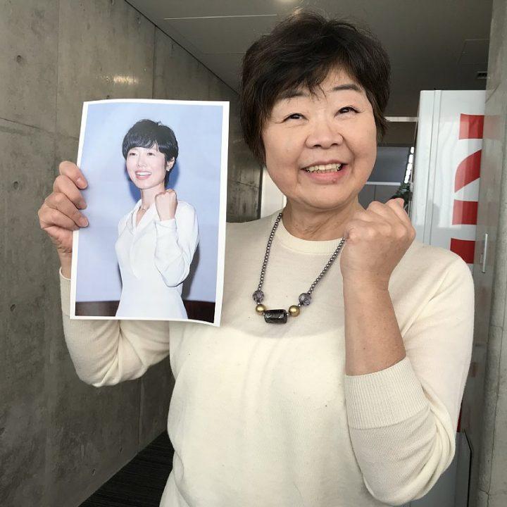 有働アナの写真を持つオバ記者こと野原広子