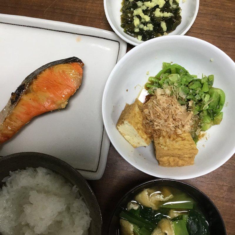 オバ記者の夕食。焼き鮭、味噌汁、ご飯、厚揚げ