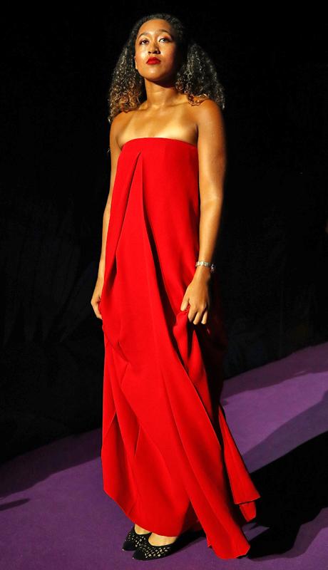 真紅のベアトップロングドレスをまとった大坂なおみ