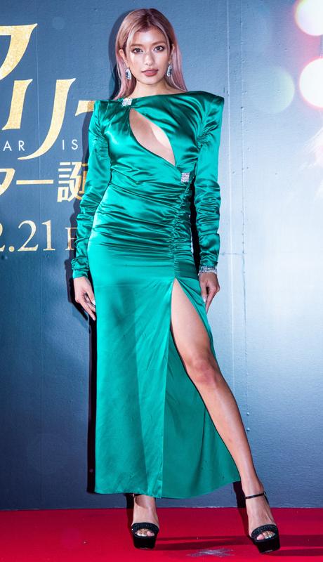 エメラルドグリーンにも見える鮮やかな色で、深いスリットが入ったサテンドレス
