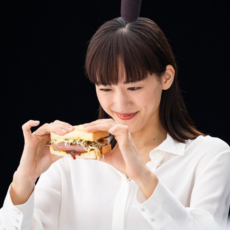 新テレビCM『コカ・コーラ プラス 新つぶやき』で牛カツサンドを見つめる綾瀬はるか
