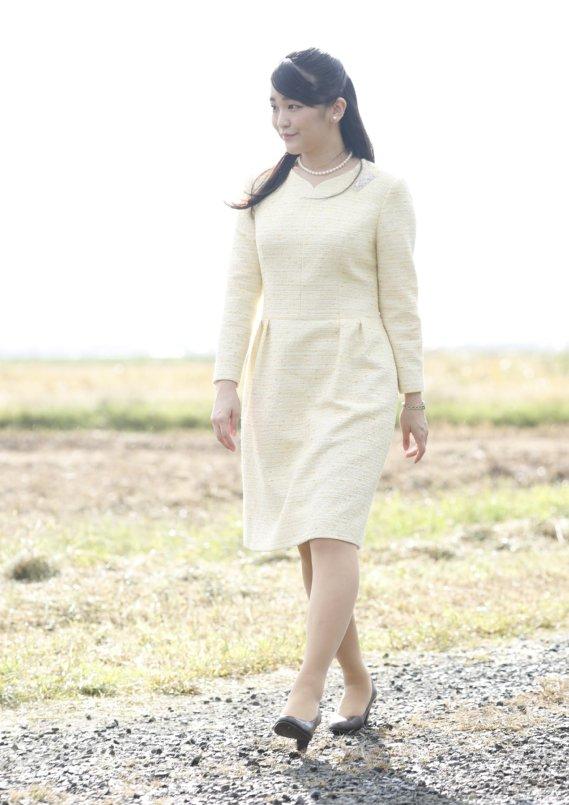 イエローのワンピース姿で歩く眞子さま